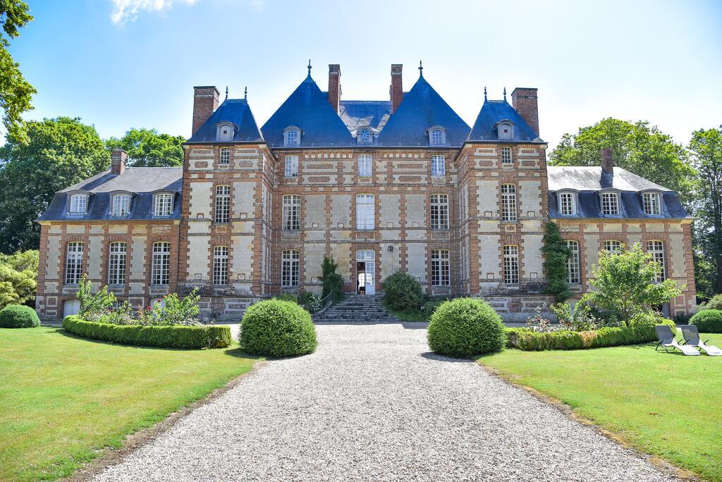 Facade principale du Château de Fleury la Forêt
