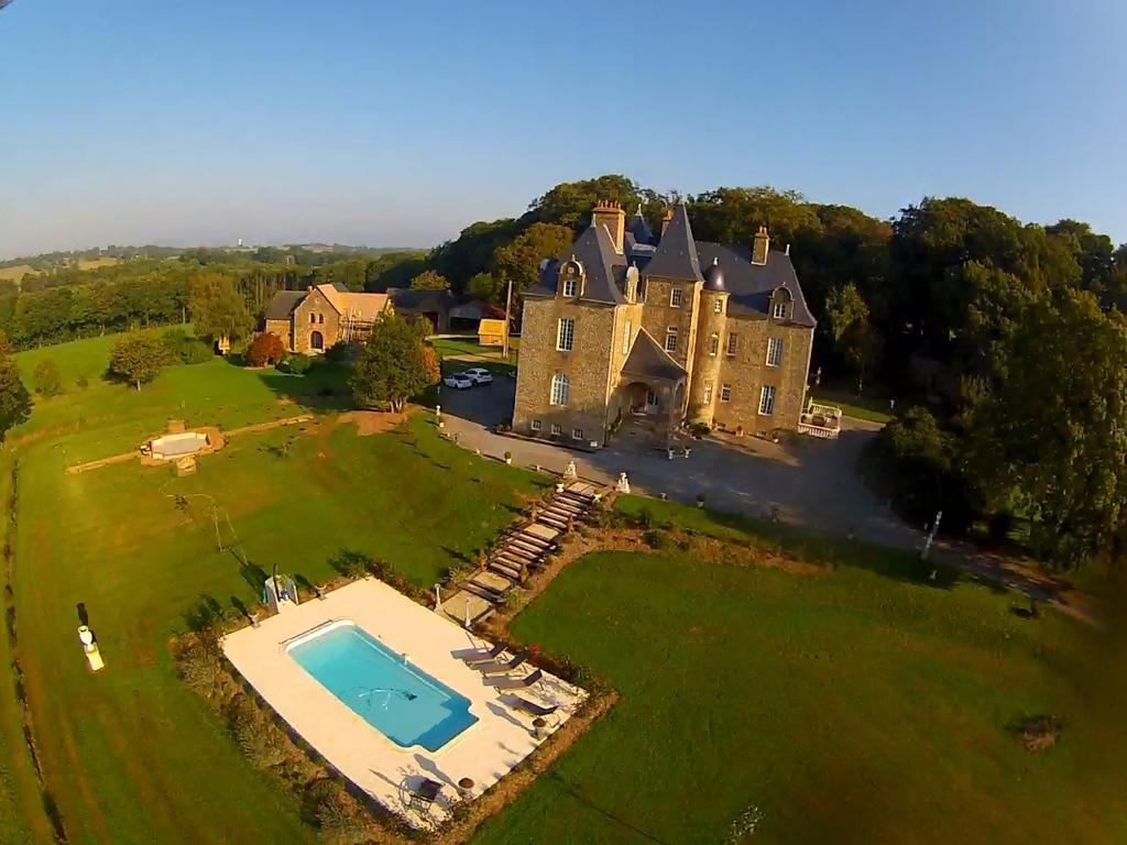 Le Château de Montbrault, son parc et sa piscine vus des airs